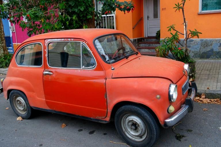 Eski arabalar ve Uruguay sokakları