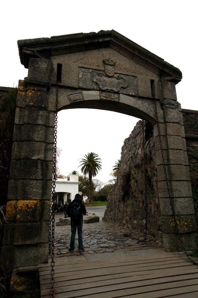 Porton de Campo, yani şehrin kapısından Colonia'nın tarihi merkezine giriş